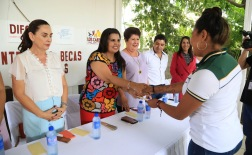 03-360-mil-pesos-entregan-Gobierno-Municipal-y-fundación-Alas-de-Aguila-a-jóvenes-estudiantes.jpeg