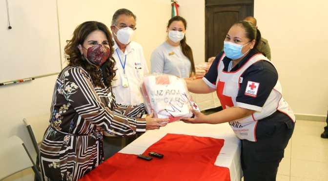 Durante la entrega de 56 uniformes a la Cruz Roja Mexicana, insiste alcaldesa Armida Castro en cuidarnos para cuidar a los demás