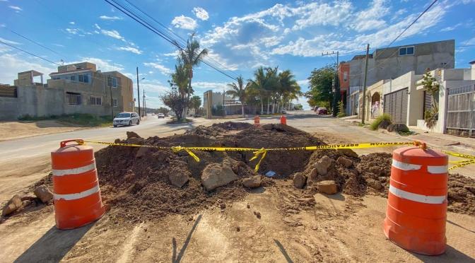Para garantizar la dotación de agua potable a las familias sanluqueñas, OOMSAPAS Los Cabos realiza reparación de ducto en la colonia Hojazen